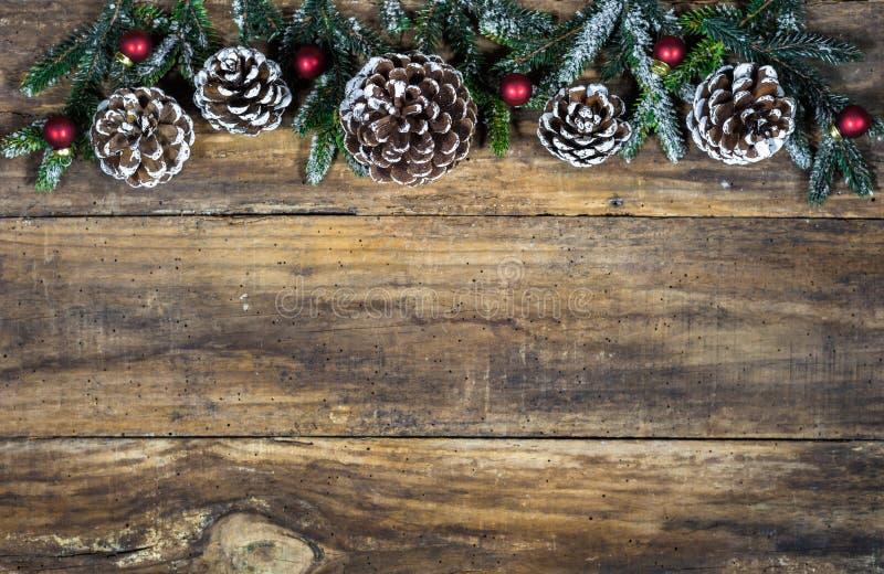 Bożenarodzeniowe dekoracje z sosnowymi rożkami, jedlinowymi gałąź i czerwonymi piłkami, zdjęcia royalty free