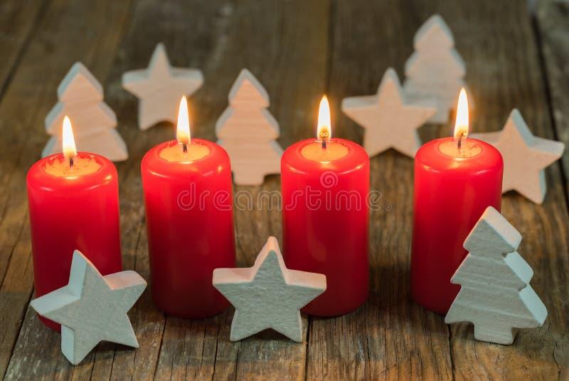 Bożenarodzeniowe dekoracji nastania świeczki i biel ornamenty zdjęcie royalty free