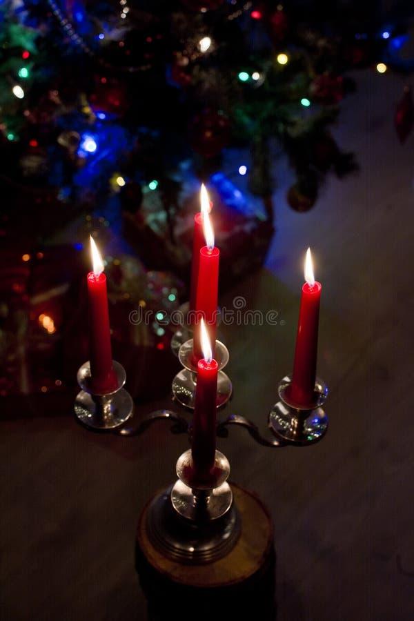 Bożenarodzeniowe płonące świeczki na drewnianym stole na bokeh tle świecące girlandy przy nocą Pojęcie rodzinny wakacje, zdjęcia stock