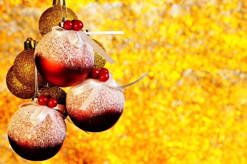 Bożenarodzeniowe piłki dekorować z tęczy tła jaskrawym bokeh zaświecają fotografia stock