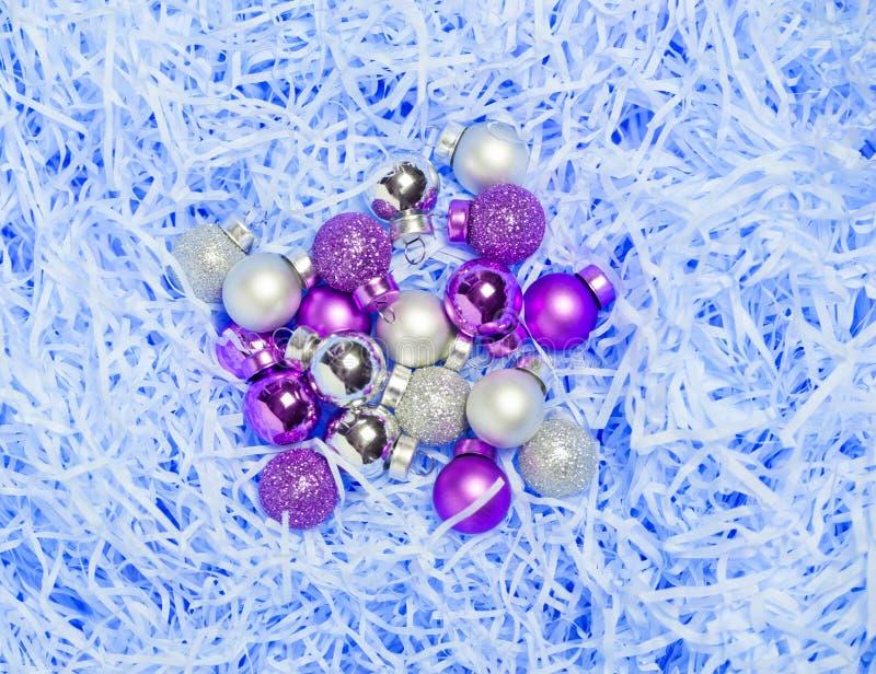 Bożenarodzeniowe piłki na błękitnego abstrack kędzierzawym papierowym tle Piękny marznący pojęcie obrazy stock