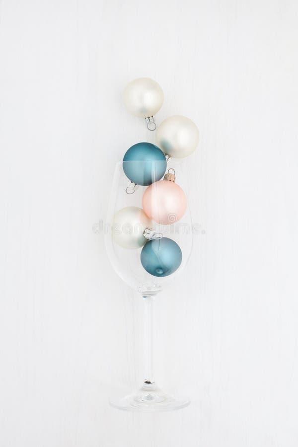 Bożenarodzeniowe piłki w szampańskim szkle na białym tle obraz stock