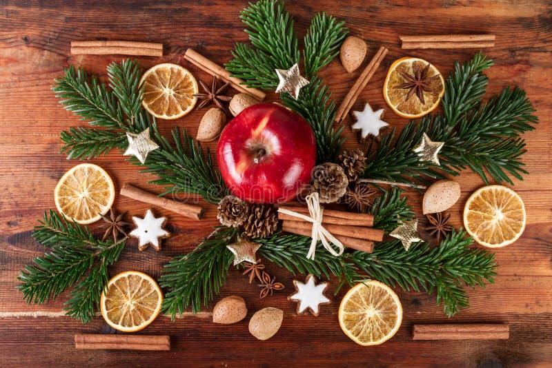 Bożenarodzeniowe pikantność i czerwony jabłczany przygotowania na nieociosanym drewnianym stole Odgórny widok zdjęcie royalty free