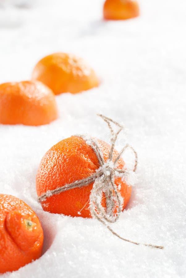 Bożenarodzeniowe pomarańcze przy śniegiem fotografia stock