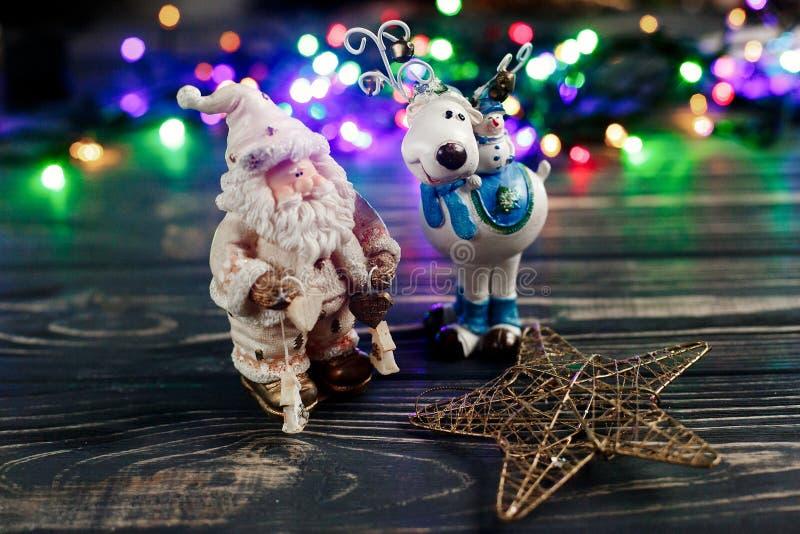 Bożenarodzeniowe Santa Claus gwiazdy i rogacza zabawki na tle colorf obrazy royalty free