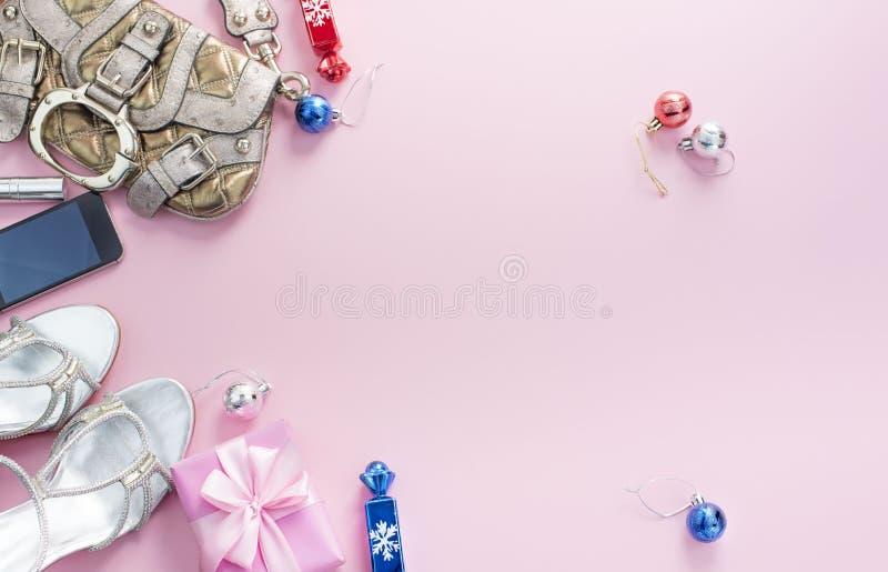 Bożenarodzeniowe tło menchii mieszkania Lay mody akcesoriów torebki sandałów telefonu prezenta pudełka łęku piłki obraz royalty free