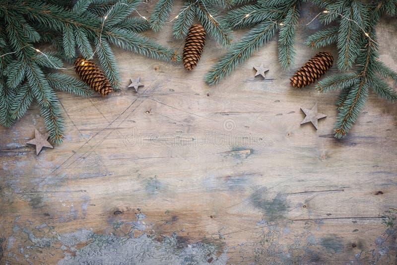 Bożenarodzeniowego ciemnego mieszkania nieatutowy skład z jodłą rozgałęzia się, gra główna rolę i konusuje na drewnianym rocznika zdjęcia stock