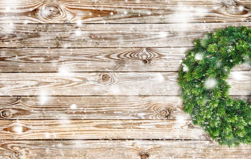 Bożenarodzeniowego dekoracja wianku tła drewniany śnieg obrazy stock
