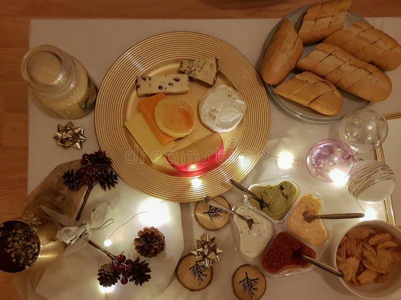 Bożenarodzeniowego gościa restauracji starteru stół z chlebem, serem i innym appe, fotografia royalty free