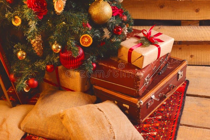 Bożenarodzeniowego składu dekoracyjny drzewo z prezentów pudełkami bawi się zdjęcie royalty free