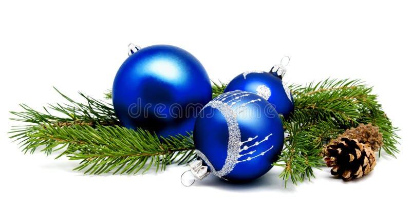 Bożenarodzeniowej dekoraci błękitne piłki z jedlinowymi rożkami i jedlinowego drzewa otręby zdjęcia royalty free