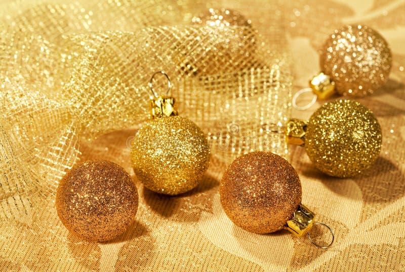 Bożenarodzeniowej dekoraci złote piłki obraz royalty free