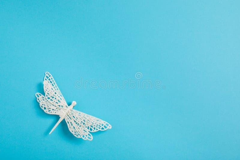 Bożenarodzeniowej dekoracji biali dragonflies na błękitnym tle zdjęcie royalty free