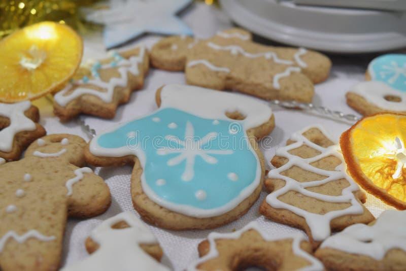 Bożenarodzeniowej imbirowej ciastko girlandy zimy Suchy pomarańczowy tło Ch fotografia stock