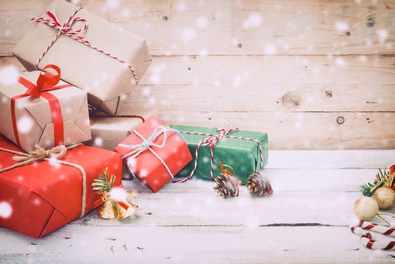Bożenarodzeniowej teraźniejszości prezentów śnieg na drewnianym tle i pudełko zdjęcia stock