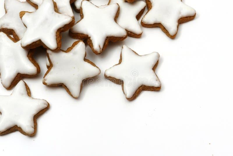 Bożenarodzeniowi ciastka, cynamon gwiazdy, narożnikowy tło na bielu obraz royalty free