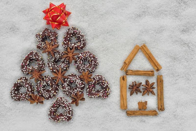 Bożenarodzeniowi ciastka drzewni blisko domu robić cynamonem obraz stock
