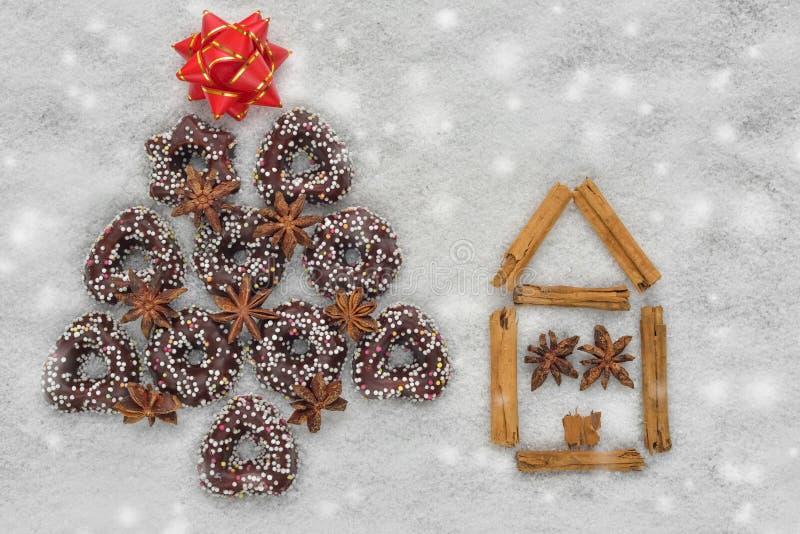 Bożenarodzeniowi ciastka drzewni blisko domu robić cynamonem z śnieżnym tłem obraz stock