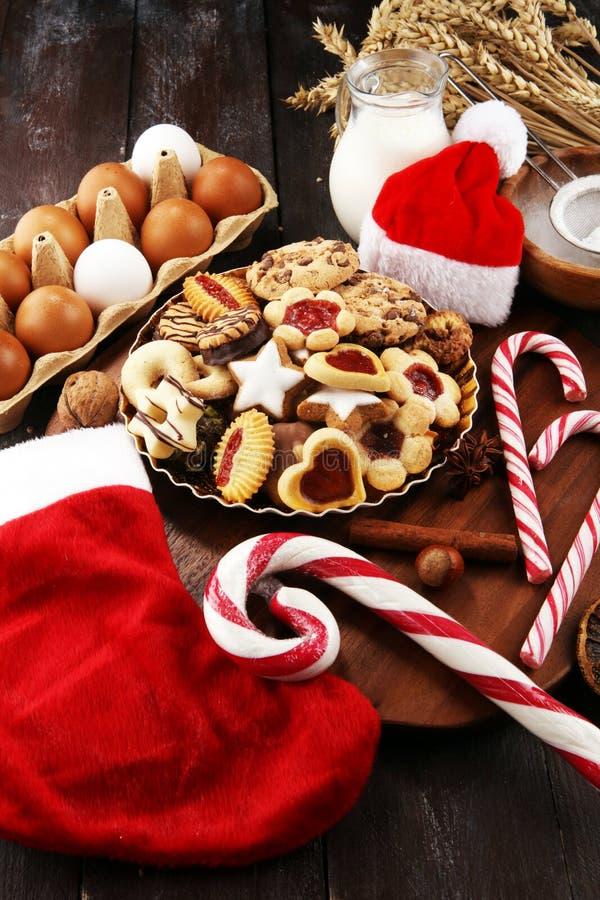 Bożenarodzeniowi ciastka i Santa z spieses, dokrętkami i składnikami, xmas Santa but obrazy royalty free