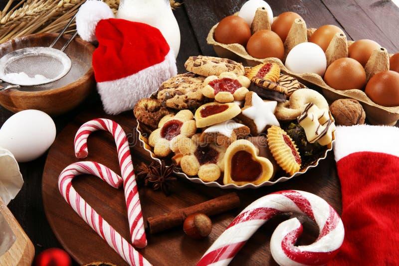 Bożenarodzeniowi ciastka i Santa z spieses, dokrętkami i składnikami, xmas Santa but zdjęcia royalty free