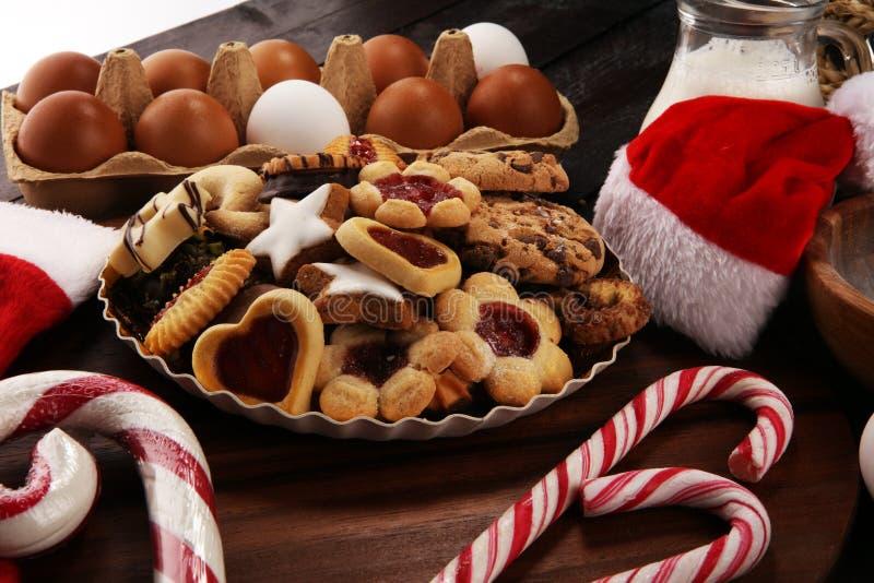 Bożenarodzeniowi ciastka i Santa z spieses, dokrętkami i składnikami, xmas Santa but obraz royalty free