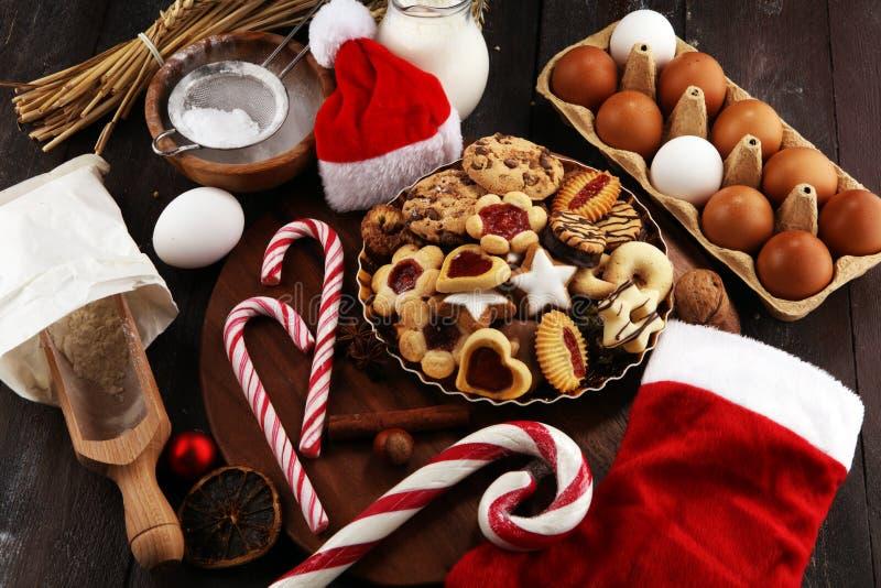 Bożenarodzeniowi ciastka i Santa z spieses, dokrętkami i składnikami, xmas Santa but fotografia stock