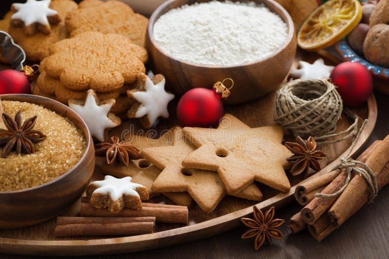 Bożenarodzeniowi ciastka i składniki dla piec, zakończenie obraz royalty free