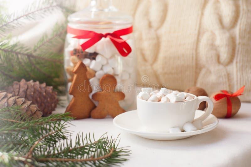 Bożenarodzeniowi ciastka w szklanym słoju i filiżance kakao lub kawa, Bożenarodzeniowy dekoraci tło obraz royalty free
