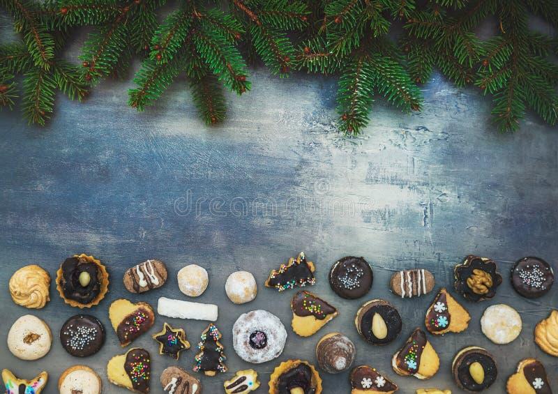 Bożenarodzeniowi cukierki z iglastymi gałąź na drewnianym tle z bezpłatną przestrzenią fotografia stock