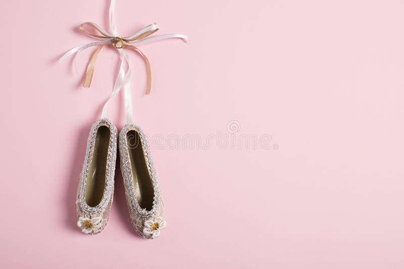 Bożenarodzeniowi dekoracji pointe buty na różowym tle fotografia royalty free