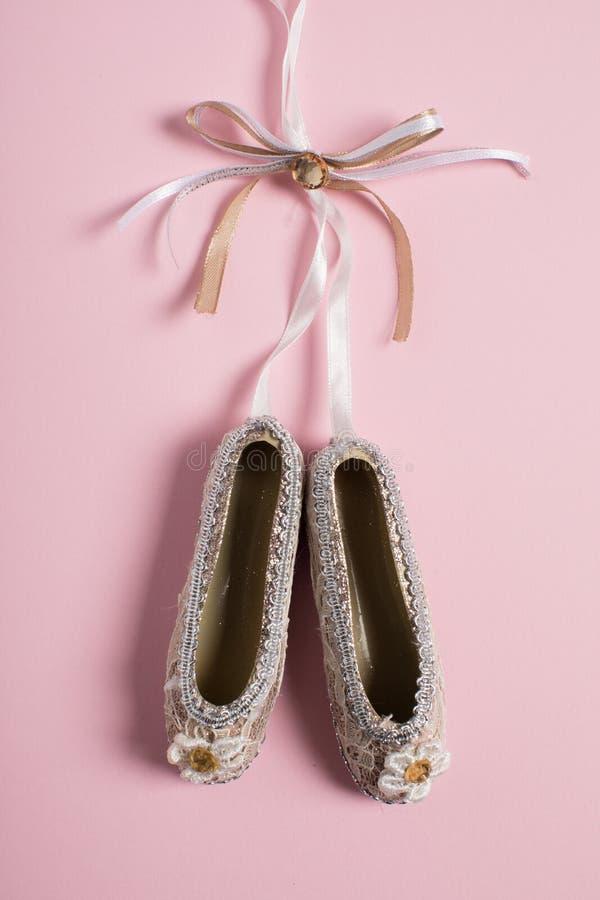 Bożenarodzeniowi dekoracji pointe buty na różowym tle zdjęcie stock