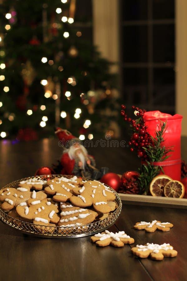 Bożenarodzeniowi domowej roboty piernikowi ciastka na drewnianym stole obraz royalty free