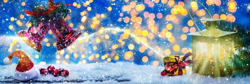 Bożenarodzeniowi dzwony, lampion, boże narodzenie prezent i Santa kapelusz, zdjęcia stock