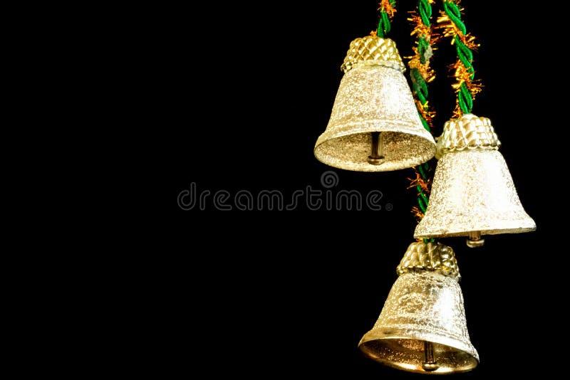 Bożenarodzeniowi dzwony na czarnym tle, instrument muzyczny dla wakacje obraz stock