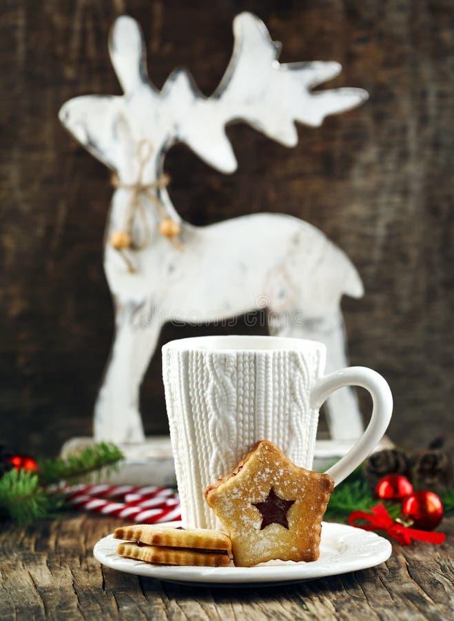 Bożenarodzeniowi Linzer ciastka i filiżanka gorąca czekolada zdjęcia stock