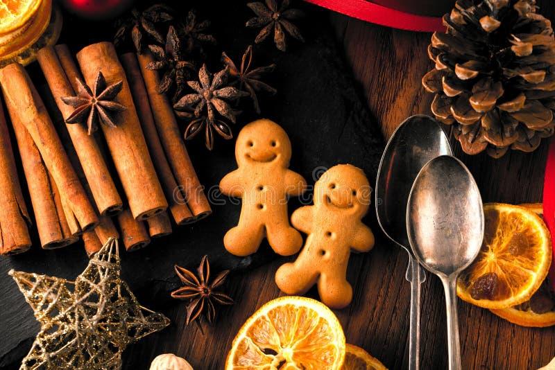 Bożenarodzeniowi piernikowi ciastka dekorowali barwionego lodowacenie dla dzień nowego roku, przyjęcie gwiazdkowe, zima wakacje,  obrazy royalty free