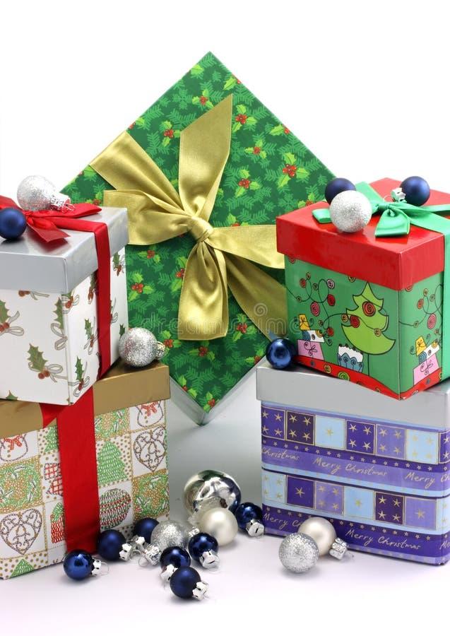 Bożenarodzeniowi prezentów pudełka z boże narodzenie ornamentami zdjęcia stock