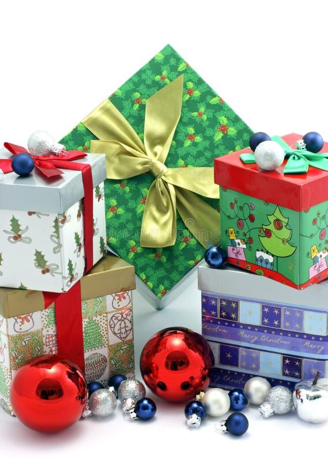Bożenarodzeniowi prezentów pudełka z boże narodzenie ornamentami zdjęcie stock