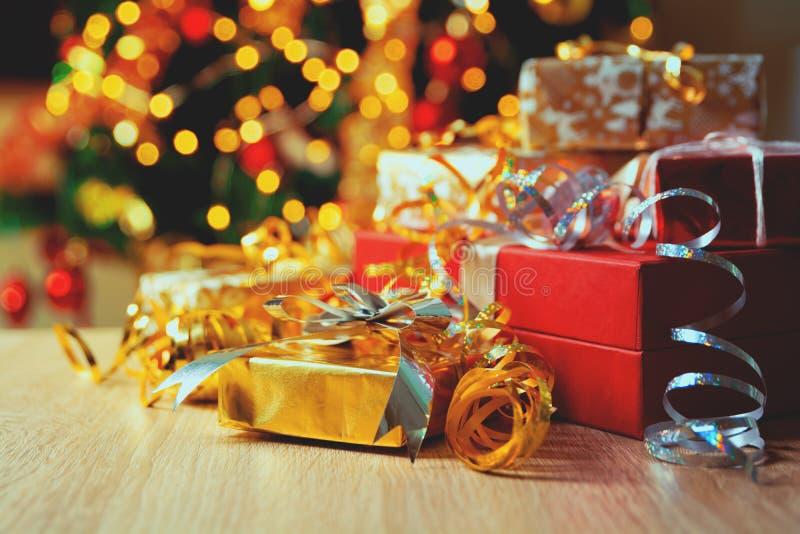 Bożenarodzeniowi prezentów pudełka z faborkami przeciw tła bokeh okamgnienia przyjęcie zaświecają i jedlinowy drzewo bo?e narodze obrazy royalty free