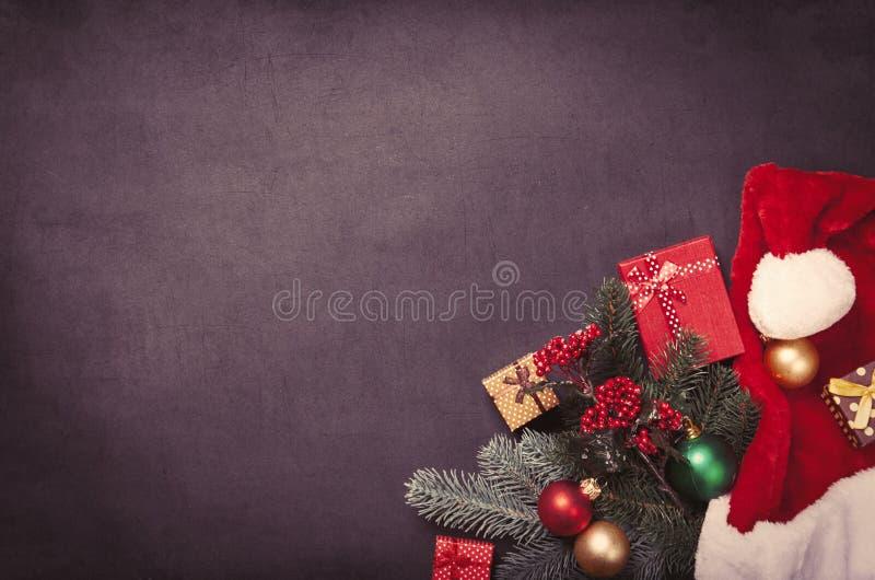 Bożenarodzeniowi prezenty i Święty Mikołaj kapelusz zdjęcia royalty free