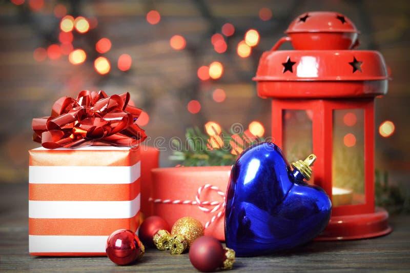Bożenarodzeniowi prezenty i Bożenarodzeniowy kierowy ornament obrazy royalty free