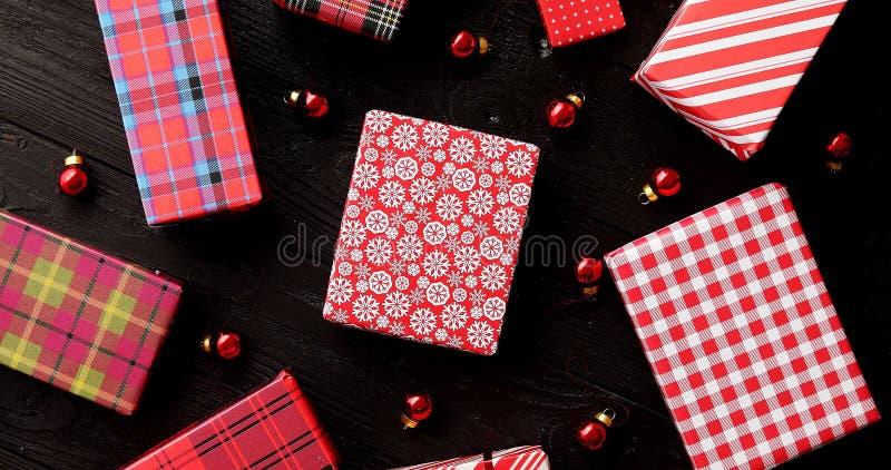 Bożenarodzeniowi prezenty i szklane piłki zdjęcie stock