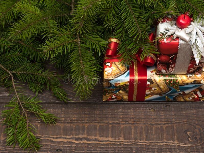 Bożenarodzeniowi prezenty pięknie kłamają pod choinką i pakują zdjęcia stock