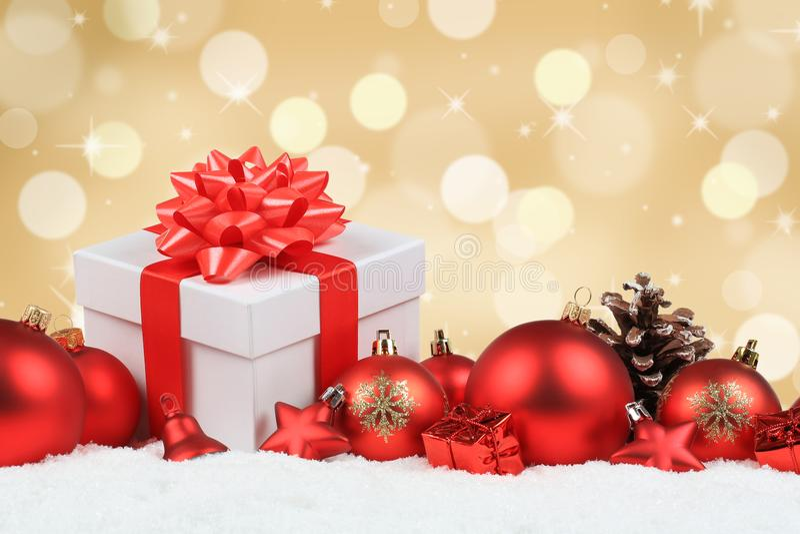 Bożenarodzeniowi prezenty przedstawiają piłki dekoraci śniegu złotego copyspace obraz stock