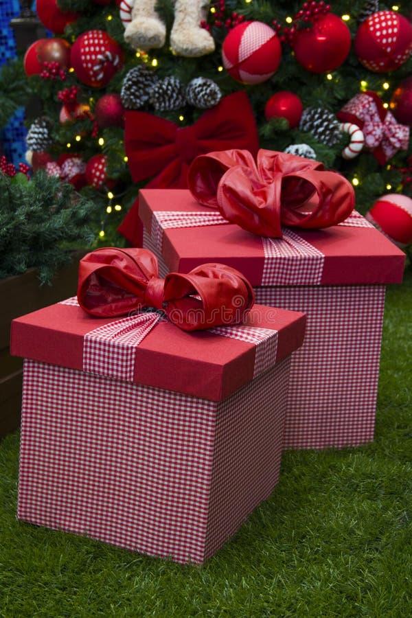 Bożenarodzeniowi prezenty spod spodu dekoracyjnego drzewa dekoracyjny prezent obraz stock