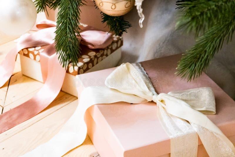 Bożenarodzeniowi prezenty wiązali z faborkiem pod drzewem 1 zdjęcia royalty free
