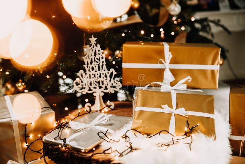 Bożenarodzeniowi pudełka, ornamenty, światła i świąteczne dekoracje na drewnianym stole, obraz stock