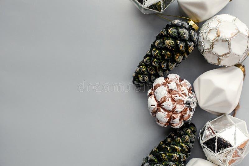 Bożenarodzeniowi roczników ornamenty na popielatym papierze, mieszkanie kłaść z przestrzenią dla teksta Eleganckiego rocznika szk zdjęcie stock