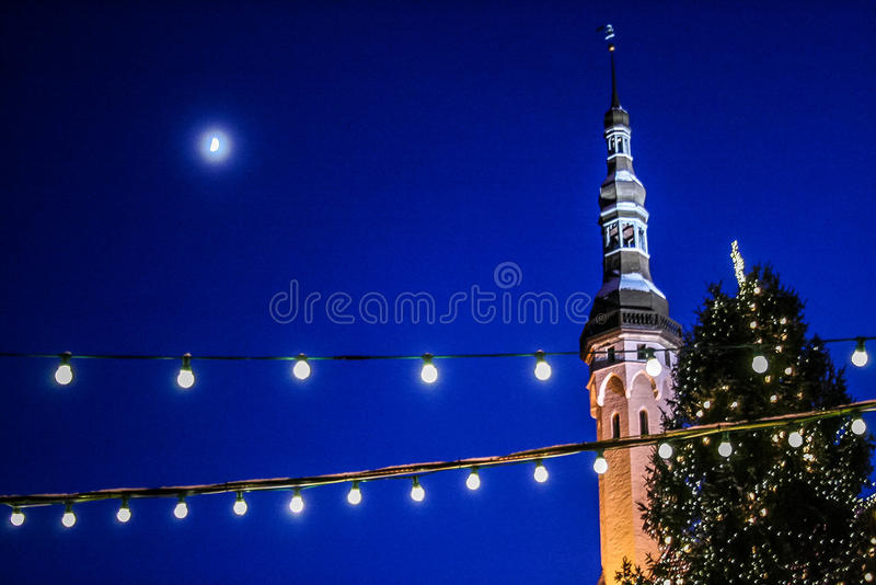 Bożenarodzeniowi rozjarzeni lampiony zaświecają, Tallinn średniowieczny wierza zdjęcia royalty free