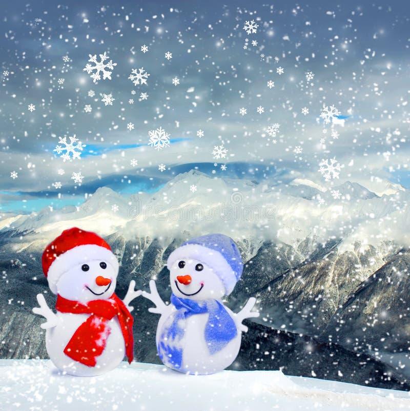 Bożenarodzeniowi snowmans w górach i śniegu obrazy stock